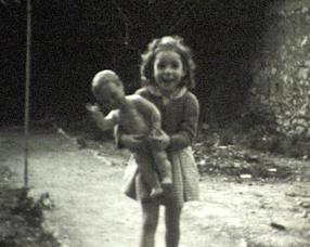 Petite fille à la poupée, image cinémémoire